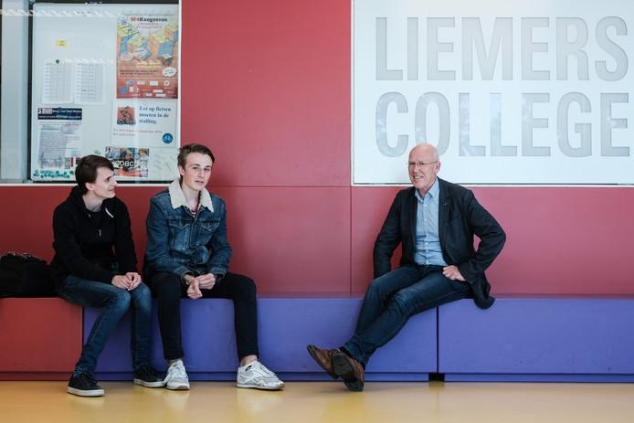 De nieuwe directeur Maarten Delen van het Liemers College met wat leerlingen in gesprek. Foto: Jan Ruland van den Brink