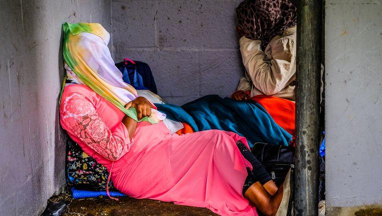 Enkele vluchtelingen in het Maximiliaanpark.