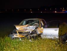 Automobilist zwaargewond na frontale botsing in Tilburg
