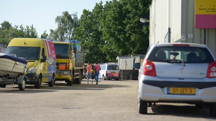 Hulpverleners hebben zich naar het terrein gespoed waar iemand zwaargewond is geraakt bij de val van een vrachtwagen.