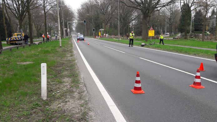 De politie doet onderzoek op de N224 na een dodelijke aanrijding waarbij een 66-jarige vrouw uit Lunteren om het leven kwam.