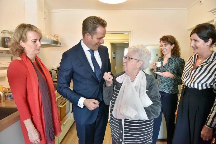 Minister van volksgezondheid Hugo de Jonge (tweede van links) bezocht het logeerhuis Strandgoed in Ter Heijde van zorginstelling Pieter van Foreest bij de aftrap van de pilots.