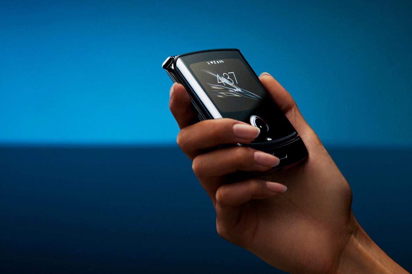 De Motorola Razr ingeklapt, met de tweede display goed zichtbaar.