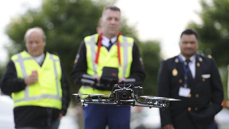 Medewerkers van de KLPD doen onderzoek met een drone. Beeld anp