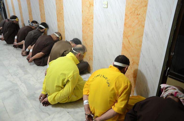 Een deel van de twaalf mannen die vrijdag werden opgehangen, wachten op de uitvoering van hun straf.  Beeld AFP