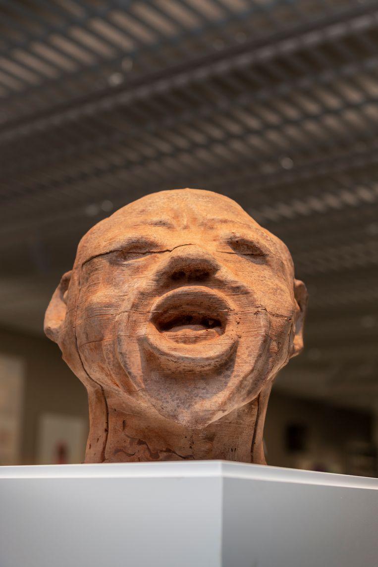 Een zelfportret van chocola dat Renzo Martens liet maken door Congolese plantagearbeiders. Beeld Pauline Niks