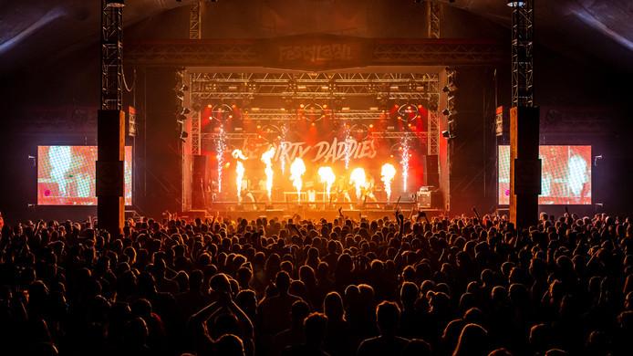 Wel vuur maar geen rokers tijdens Festyland in Volkel, zoals hier bij het optreden van The Dirty Daddies.