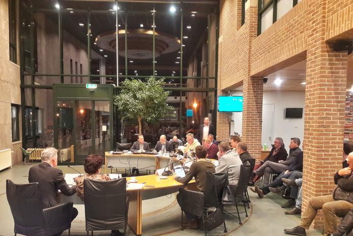 Wethouder Huub Bellemakers van Sint Anthonis (vierde van links) informeert de politiek over de belemmeringen voor zonneparken.