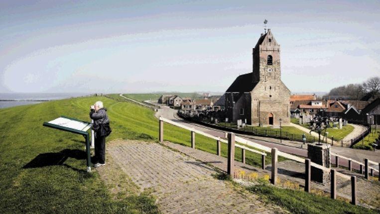 Het Friese terpdorp Wierum. Ooit een bruisende handels- en vissersplaats, nu ten prooi gevallen aan de krimp. (Werry Crone) Beeld
