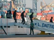 Na acht dagen dobberen zetten 629 afgewezen migranten voet aan land