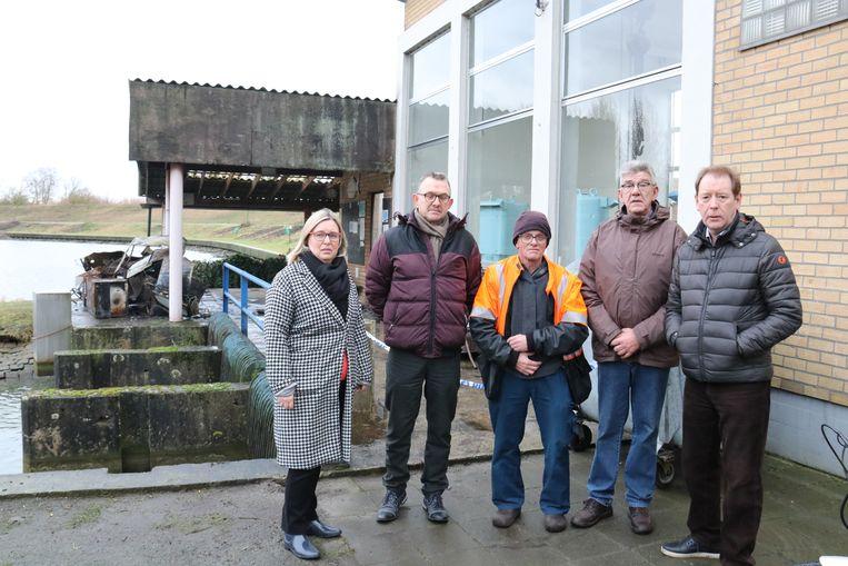 Henri Willaert (midden) en enkele bestuursleden met schepenen Luk De Mey en Ann Verschelden die maatregelen willen nemen.