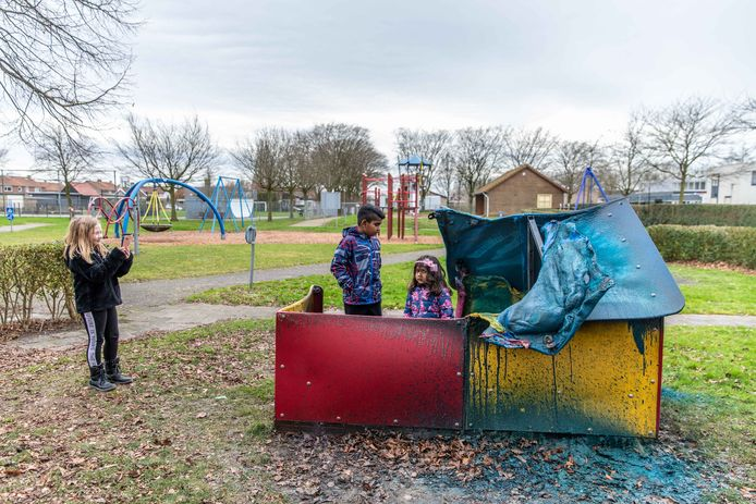 """Vandalen hebben in de blauwe speeltuin in 's-Gravenpolder een speelhuisje in brand gestoken; July (l), Ashwin (m) met zijn kleine zusje Wishme (r) komen kijken; July zegt: ,,Wat vind ik dit erg zeg."""" En maakt een foto voor thuis."""