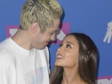 Ex Ariana Grande steekt tijdens optreden de draak met pijnlijke breuk