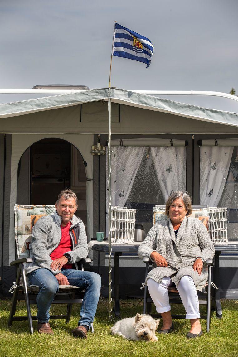 Renesse Jan Maes en Lucia van den Donck met hond Don. Beeld Arie Kievit