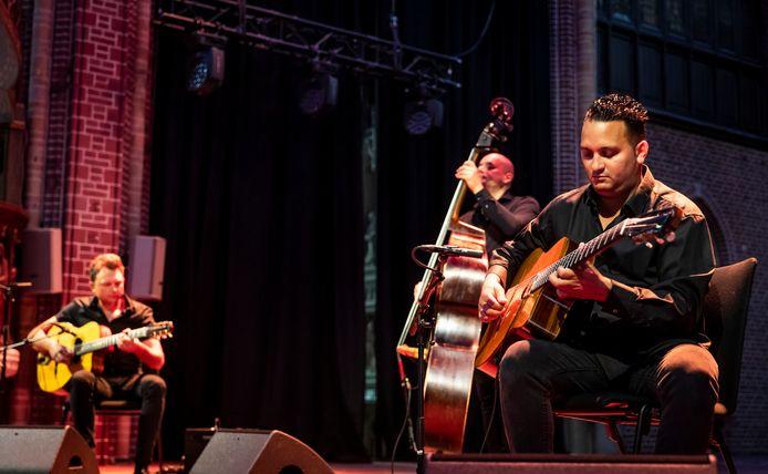 Mozes Rosenberg (r)  samen  met Johnny Rosenberg (l) en Sani van Mullem  tijdens een concert bij Domusdela in Eindhoven, in de zomer van dit jaar.