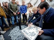 Borculose kinderen Jorisschool leggen steen op Holocaustmonument