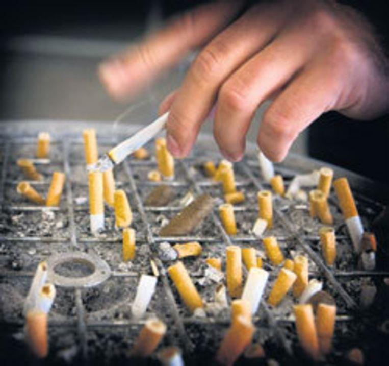 Bij stevige prijsverhogingen stappen sigarettenrokers over op de goedkopere shag. Foto Floris Lok Beeld