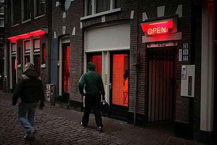 Blijven rode lampen het historisch stadsgezicht rond het Oudekerksplein ontsieren? Foto Elmer van der Marel Beeld