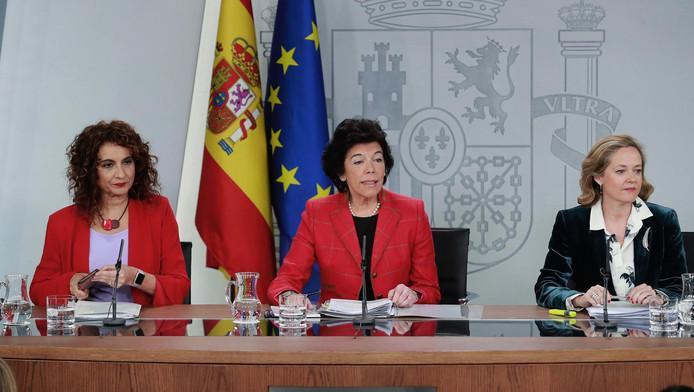 La ministre du budget espagnol Maria Jesus Montero (au milieu)