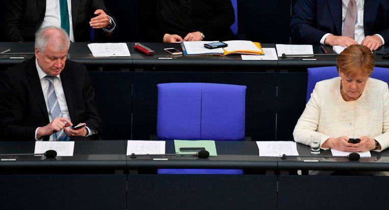 Horst Seehofer en Angela Merkel in de Duitse Bondsdag. Hoe lang overleeft het akkoord tussen de twee?