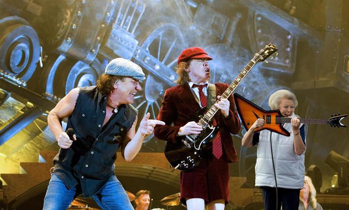 Prinses Beatrix tussen de rockers van AC/DC.