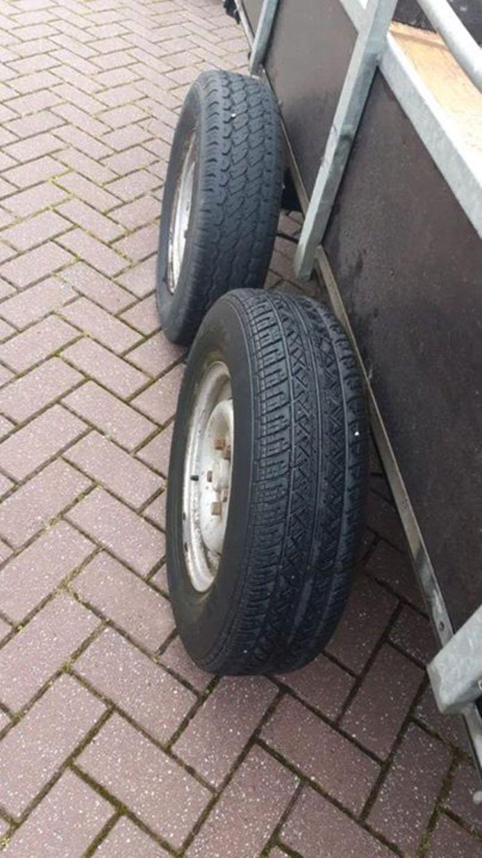 Het ontbreken van bescherming om de banden was een van de vier mankementen aan deze aanhangwagen.