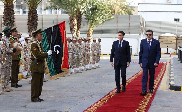 Fayez Serraj, de premier van de nationale eenheidsregering, verwelkomt Italiaans premier Conte.