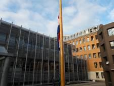 Vlag halfstok bij Paleis van Justitie in Den Bosch en bij advocatenkantoor Oss