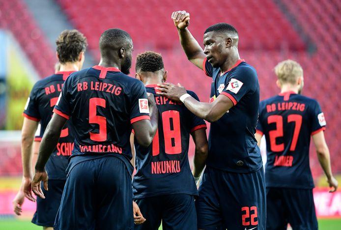 Nkunku wordt gefeliciteerd na zijn doelpunt.