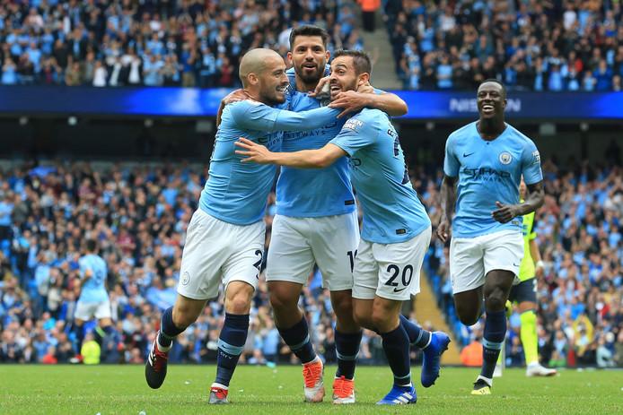 David Silva, Sergio Agüero, Bernardo Silva en Benjamin Mendy juichen na een goal voor Manchester City.
