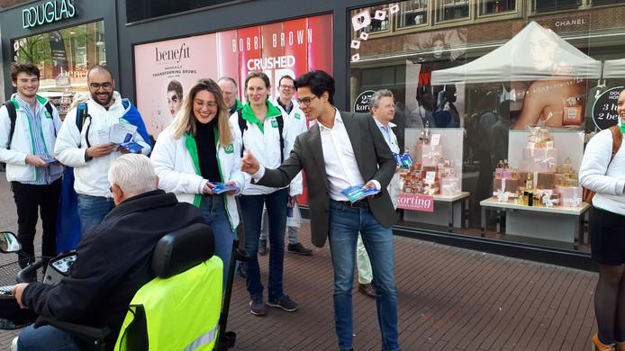 D66-fractieleider Rob Jetten flyert in Nijmegen voor de Europese verkiezingen.