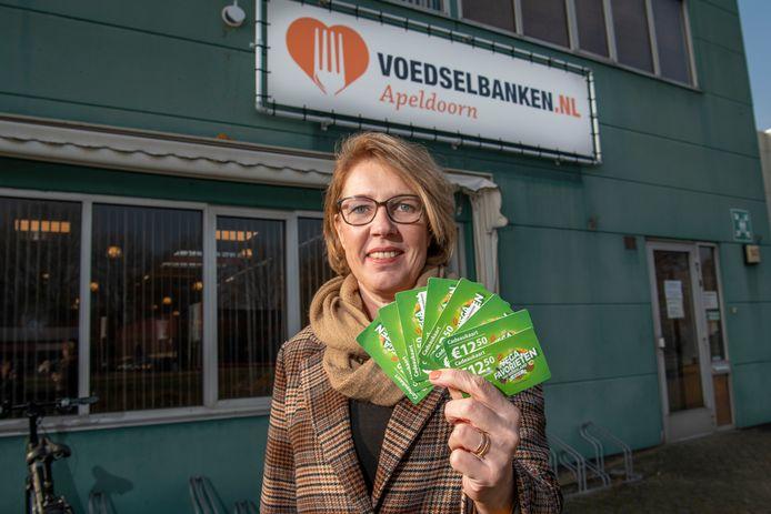 Jacquelien Jansen bracht als eerste haar Vega Favorieten kaart van de Postcodeloterij naar de Voedselbank. Haar schenking was de aanzet voor een actie die uiteindelijk rond de 430 kaarten opleverde.