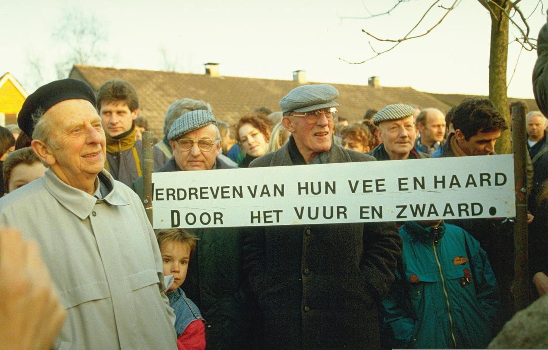 In 1993 herdachten honderden boeren in Hollandscheveld de hardhandige ontruiming van drie boerderijen dertig jaar eerder.