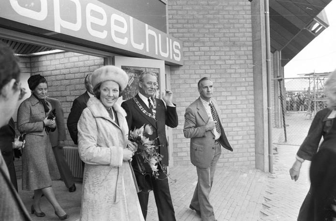 Oktober 1977: Prinses Beatrix en burgemeester Geukers tijdens de officiële opening van theater 't Speelhuis.