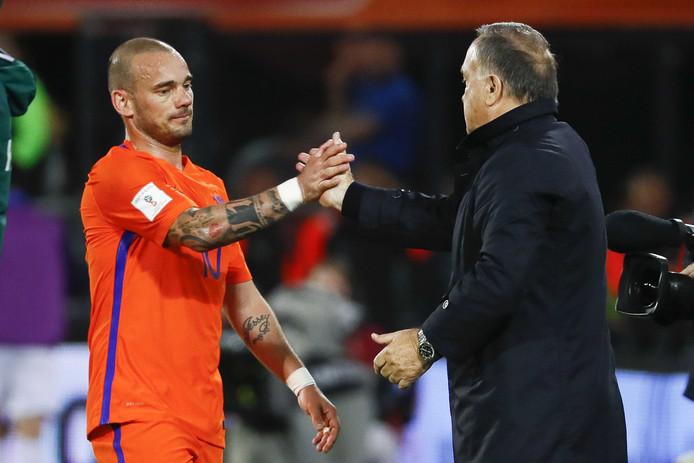Wesley Sneijder van het Nederlands elftal met bondscoach Dick Advocaat als hij wordt gewisseld.