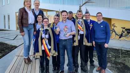 Burgemeester Francesco Vanderjeugd krijgt eretitel ambassadeur van carnavalsraad Staden