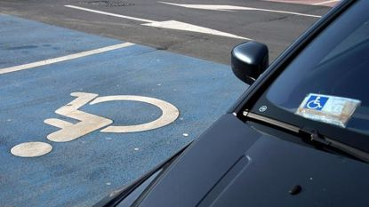 Politie pakt zeven foutparkeerders op gehandicaptenplaatsen