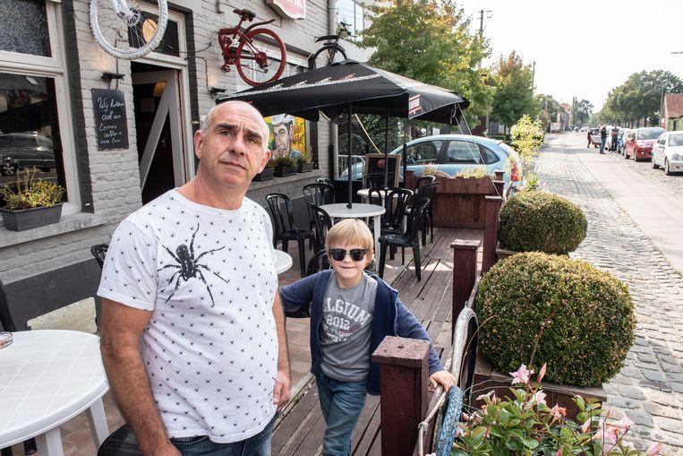 """Bert Bijls op het terras van zijn café. """"Waar ik nu sta, komt het fietspad"""", vertelt hij onthutst."""