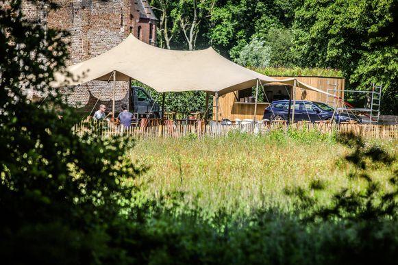 Brugge Damme: pop up bar Ryckevelde park cafe: Laurens Vogelaers: terras omgeven door bijenweide
