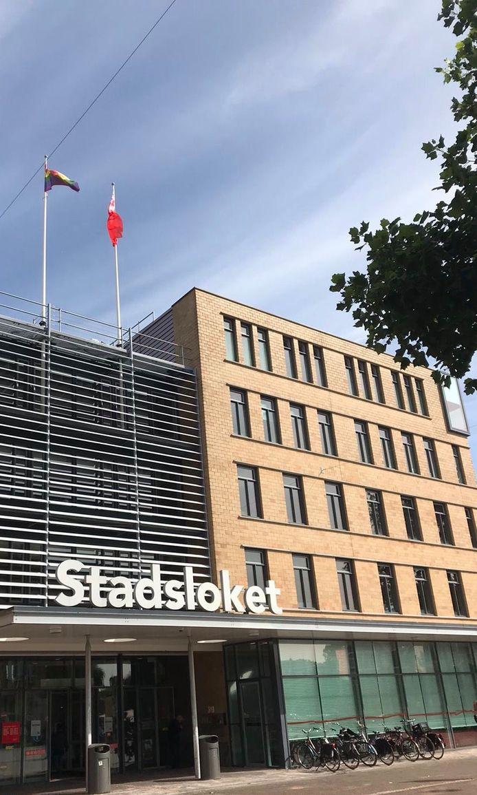 De regenboogvlag bij het Stadsloket in Oost.