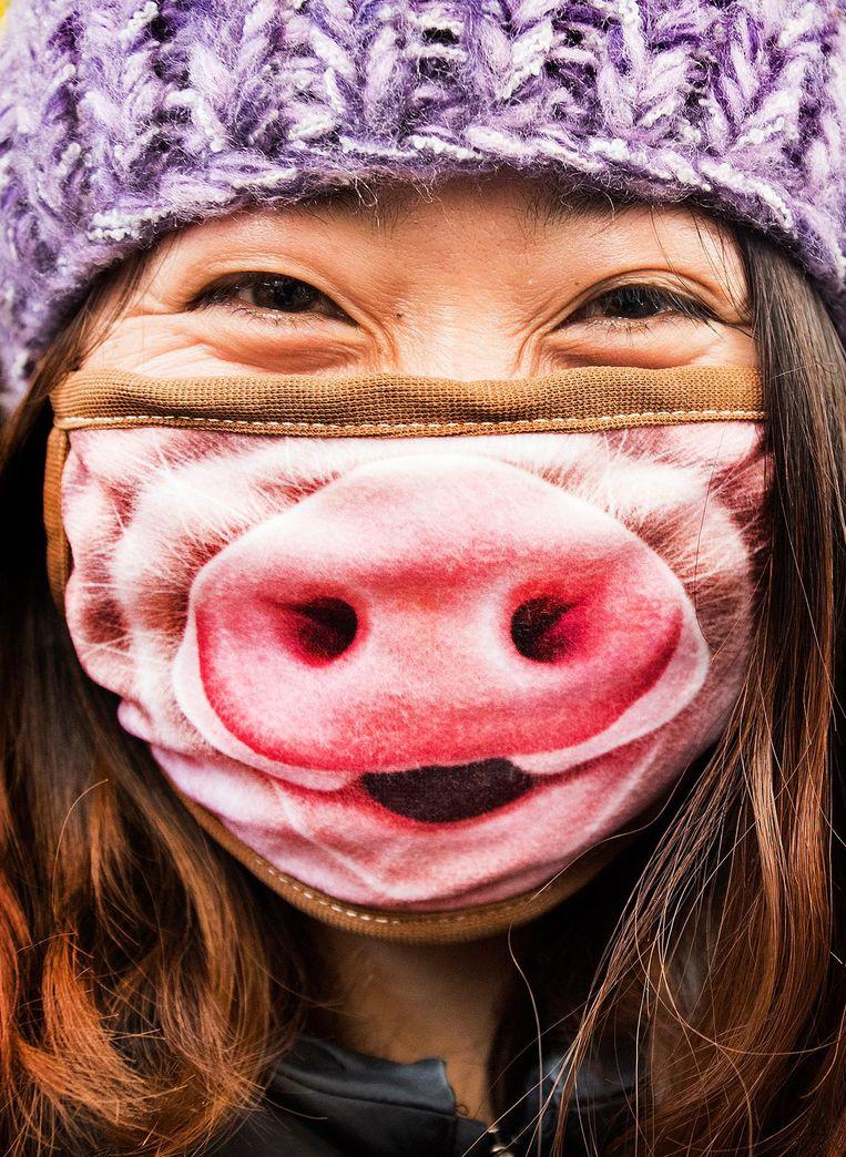 Veel Koreanen dragen mondkapjes. Ieder op zijn manier. Beeld Klaas Jan van der Weij / de Volkskrant
