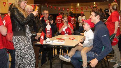 100 fans verwelkomen Zwitserse renner Stefan Küng in Moerzeke