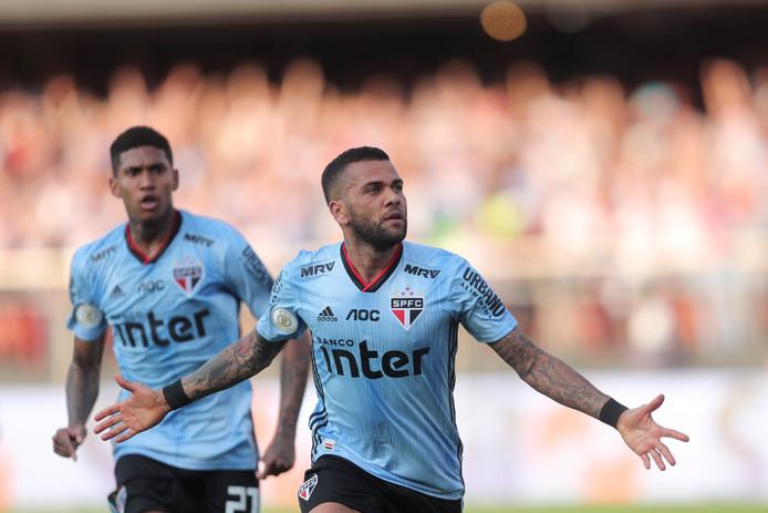 Dani Alves viert zijn goal.
