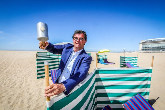 Met zeilen kunnen toeristen straks hun eigen stukje strand afbakenen. Bart Tommelein neemt alvast de hamer ter hand.