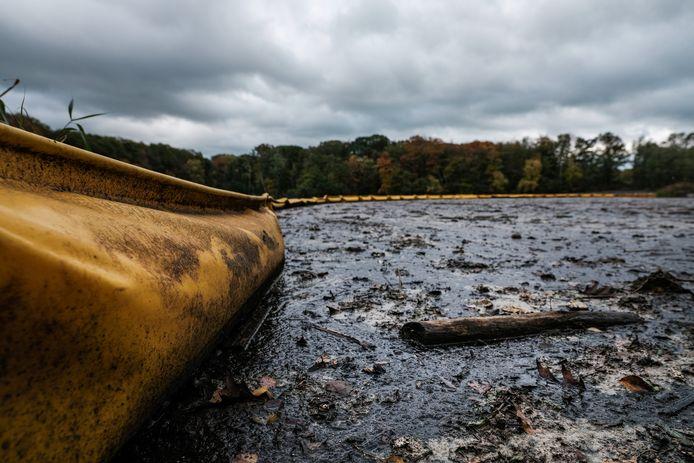 De resten van de licht vervuilde grond blijven achter het drijflichaam.