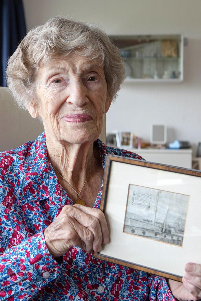 Mevrouw Croese-van Loenhout met de tekening die haar neef maakte van de stoutmoedige klim van haar vader. Piet van Loenhout zette op 28 oktober 1944 (een dag na de bevrijding van Bergen op Zoom) de vlag bovenop de toren van de toenmalige Spiritusfabriek in Bergen op Zoom.
