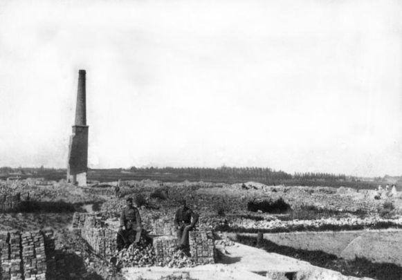 Een beeld van na het bombardement uit 1914. De schoorsteen bleef als een van de weinige bouwwerken overeind.