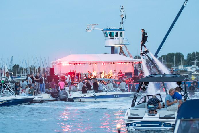 Music at the Lake, met Dubbel D spelend vanaf een ponton en een flyboard-demonstratie.