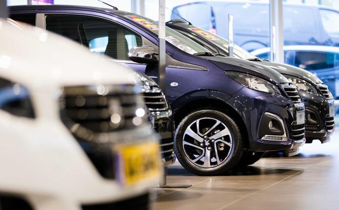 Een showroom met uitgestalde auto's bij de dealer.