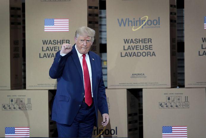 Amerikaans president Donald Trump tijdens een bezoek aan de Whirlpoolfabriek in Ohio. De president deed er onder meer zijn beklag over de waterdruk in Amerikaanse badkamers.